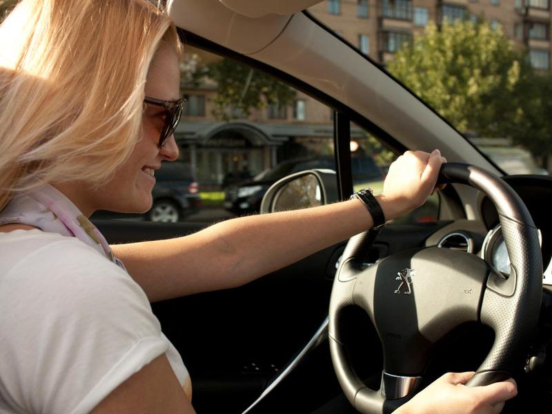 В России число женщин за рулем удвоилось за последние 5 лет