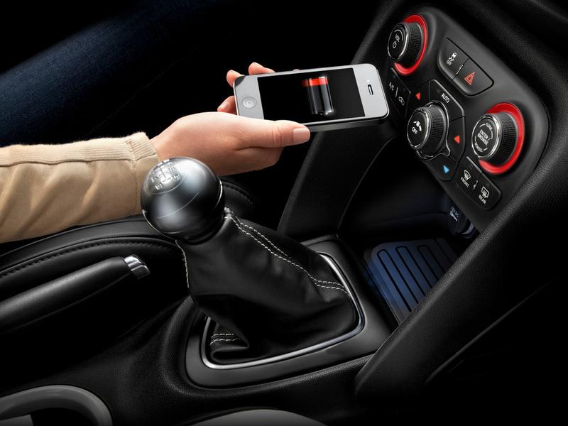 Chrysler начинает продажи беспроводного зарядного устройства