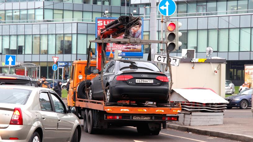 В Москве эвакуируют автомобили с нечитаемыми номерами