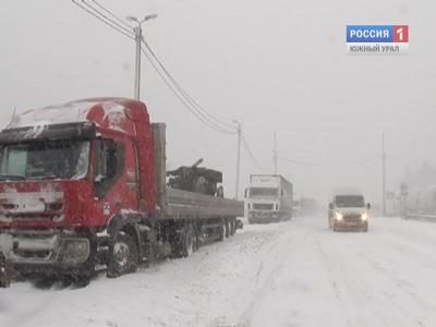 Застрявших в снегу под Златоустом туристов выручили спасатели