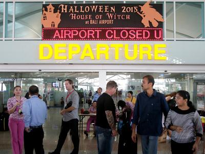 Из-за активизации вулкана власти Индонезии закрыли аэропорт на Бали