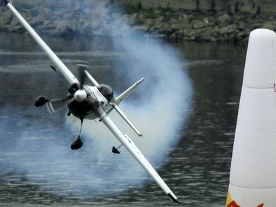 В авиакатастрофе в США погиб чемпион пилотажных гонок Майк Мэнголд