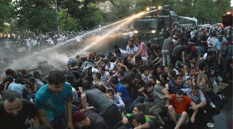 Не допустить насилия: в Ереване между протестующими и полицейскими встали депутаты