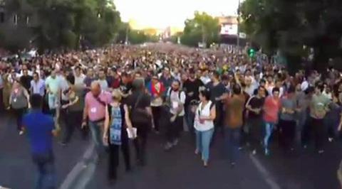 Протестующие в Ереване на час заблокировали движение по проспекту Маштоца