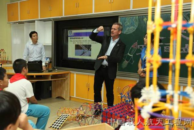 Канадский астронавт Крис Хэдфилд обсуждает перспективы космической техники с китайскими студентами (фото CMSE).