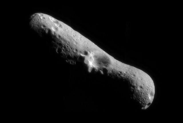 На этом составном изображении астероида Эрос виден большой кратер – около шести километров в ширину (фото NASA/JPL/JHUAPL).