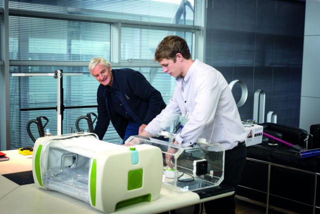 Молодой изобретатель Джеймс Робертс показывает своё детище лорду Джеймсу Дайсону, основателю компании Dyson, которая и проводит конкурс (фото James Dyson Award).