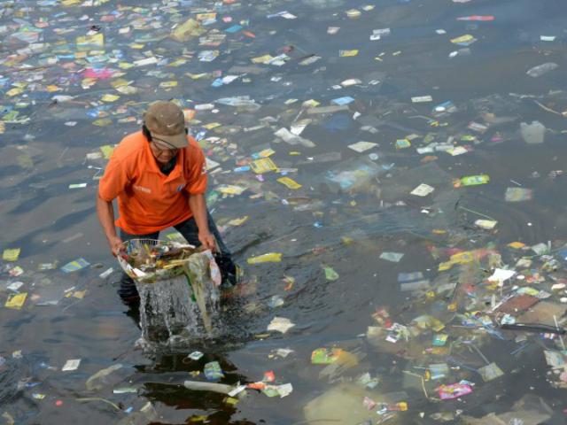 Согласно оценкам, более 5 триллионов пластиковых частиц  массой более 268 тысяч тонн плавает в Мировом океане (фото Jay Directo).