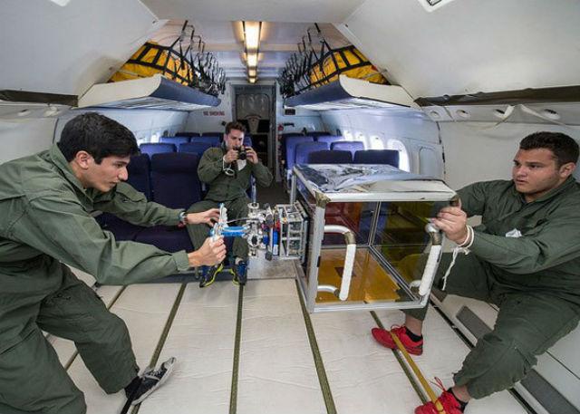 Испытания системы во время параболического полёта (фото NASA).