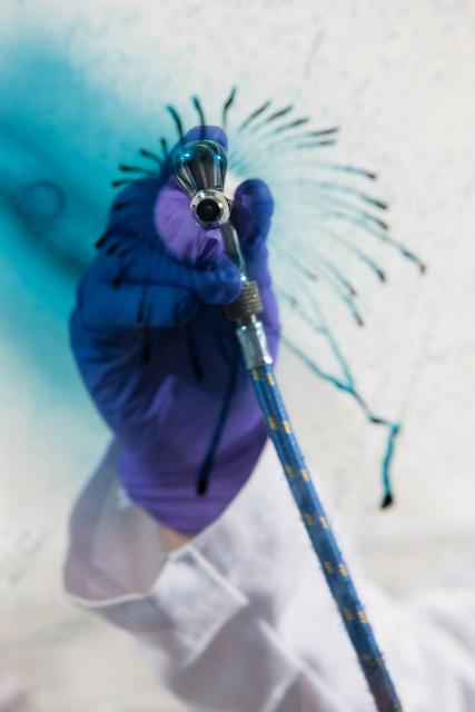 Аэрограф используется для нанесения материала на поверхность (фото Rob Felt).