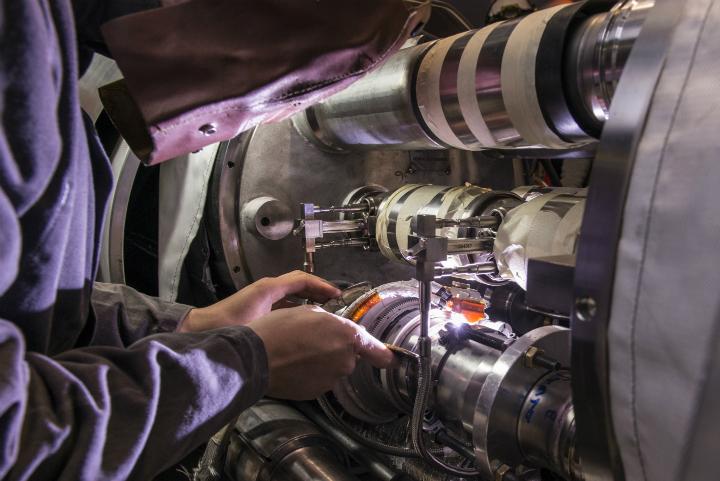 Процесс герметизации связей между дипольными магнитами (фото Maximilien Brice/CERN).