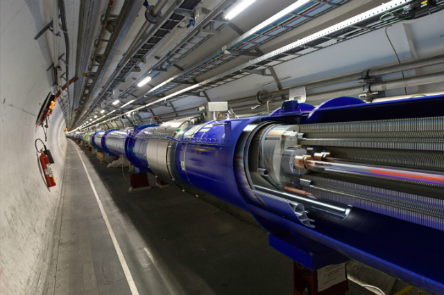 Моделирование происходящего в дипольных магнитах: красным и синим цветом показаны вращающиеся в противоположном направлении пучки протонов (иллюстрация Daniel Dominguez/CERN).