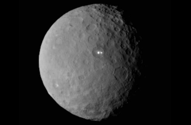 На этом снимке явственно видно, что у загадочной белой точки есть ещё и компаньон, который, по всей видимости, лежит в том же бассейне (фото NASA/JPL-Caltech/UCLA/MPS/DLR/IDA).