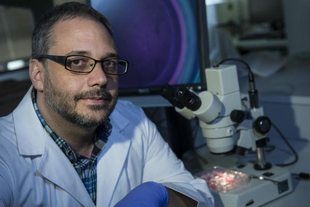 Ведущий автор исследования Джеффри Джейкот за работой в своей лаборатории (фото Jeff Fitlow/Rice University).