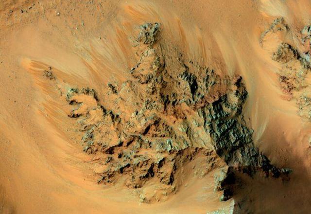 Полосы могли быть сформированы периодически просачивающейся водой (фото NASA).