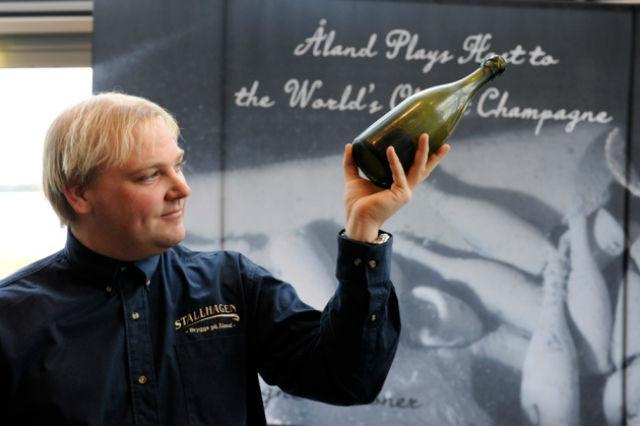 Кристиан Экстром (Christian Ekstrom) — дайвер, который поднял старинное шампанское со дна моря (фото Daniel Eriksson).