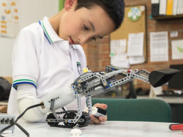 Экскаватор LEGO, совместимый с протезом (фото Carlos Arturo Torres/Umea Institute of Design).