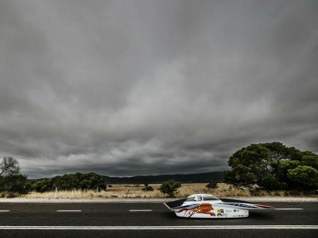 Погода в последний день была пасмурной, поэтому команды не могли нормально зарядить аккумуляторы (фото с сайта Nuon Solar Team).