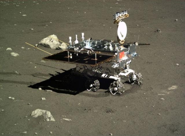 """За время своего пребывания на Луне """"Нефритовый заяц"""" проехал всего 100-110 метров (фото Xinhua)."""