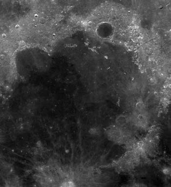 Кратер Море Дождей на Луне исследовать полностью, скорее всего, не удастся (фото NASA/Wikimedia Commons).