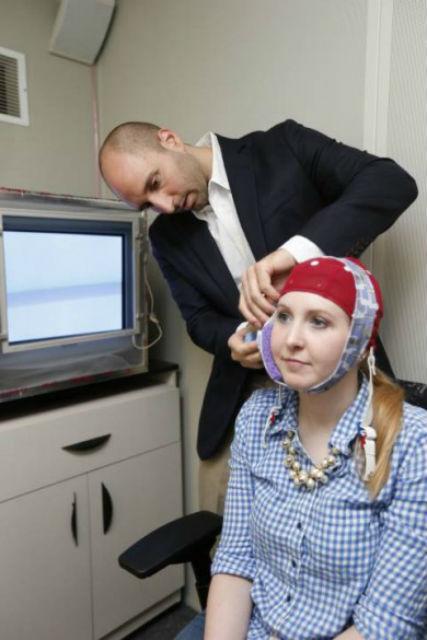 Роберт Рейнхарт определил, что способности к обучению можно улучшать или ухудшать в зависимости от направления электрического тока, проходящего через мозг (фото John Russell/Vanderbilt University).