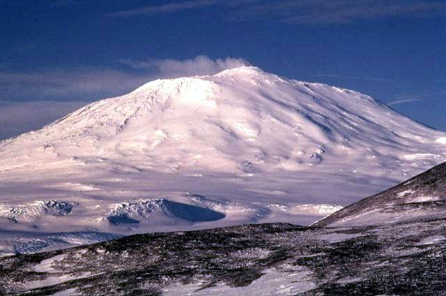 Второй по высоте вулкан в Антарктиде, Эребус (фото Wikimedia Commons).