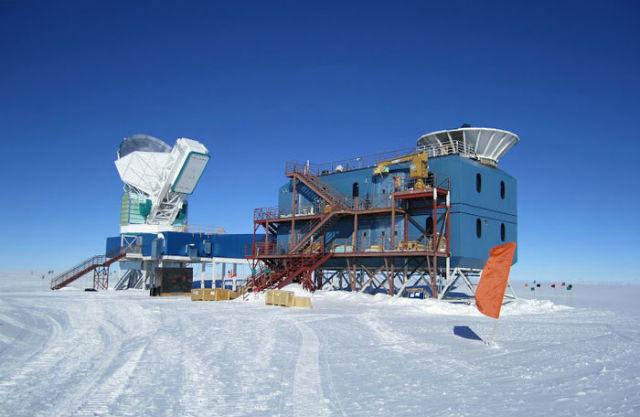 Чистые небеса полюса Земли помогают телескопам лучше следить за ночным небосклоном, а учёным создавать более точные карты реликтового излучения Вселенной. На снимке слева — SPT, а справа — BICEP2 (фото National Science Foundation).