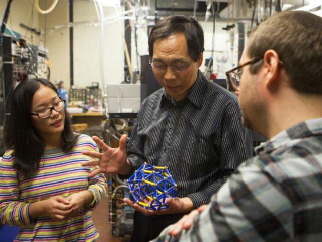 Профессор Лай-Шэн Ван из университета Брауна и его китайские коллеги открыли первый полый кластер бора из сорока атомов, напоминающий по форме сферу (фото Brown University).