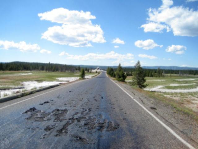 Расплавленный участок дороги Firehole Lake Drive (фото NPS Photo).