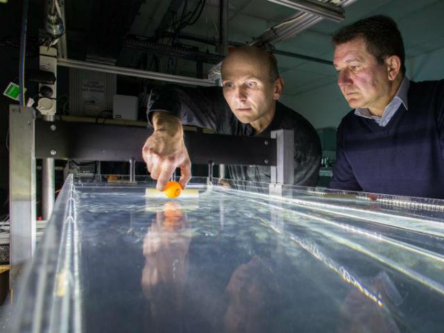 На фото доктор Пунцман и доктор Шац демонстрируют свой водный притягивающий луч