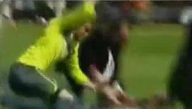 Футболист избил выбежавшего на поле фаната