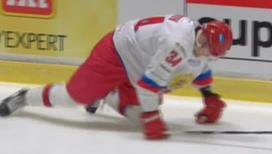 Хоккеисты работали на льду на четвереньках