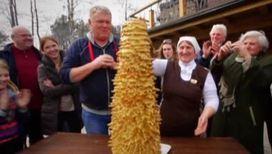 Литовцы едят на свадьбе елку