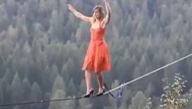 Девушка-экстремалка ходит на шпильках по канату
