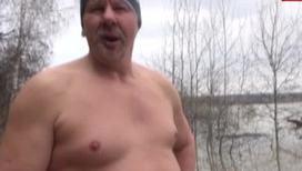 Дедушка переплыл реку в ледяной воде