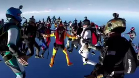 Видео дня: Пришельцы из космоса, или Бесстрашные скайдайверы