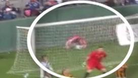 Футбольный фанат свалился с десятиметровой трибуны